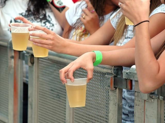 Plastic bekers met drank bij een festival