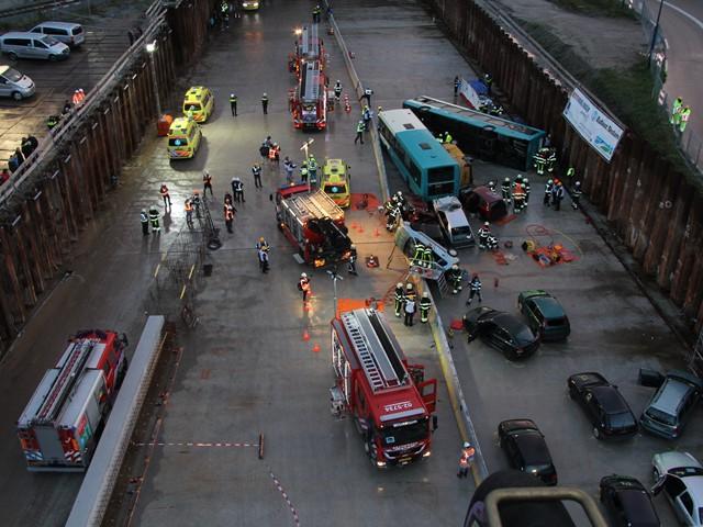 Bovenaanzicht van een oefening van een busongeluk met hulpdiensten