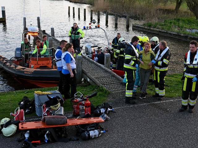 Meerdere hulpdiensten in overleg bij een pier aan het water