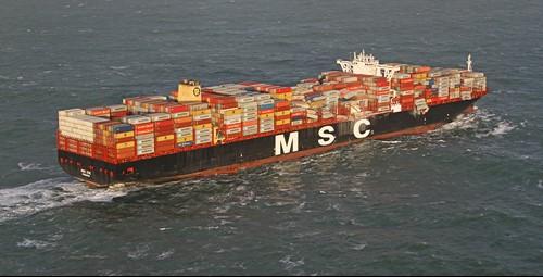 MSC Zoë op zee met overboord geslagen containers