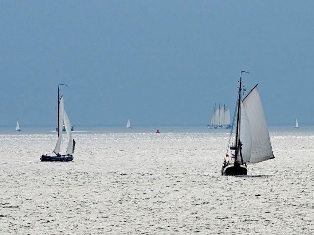 Uitzicht over water met zeilende bootjes