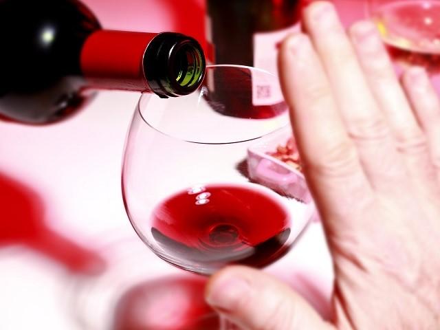 Hand weigert glas wijn