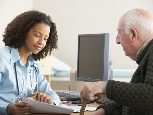 Huisarts geeft patiënt uitleg