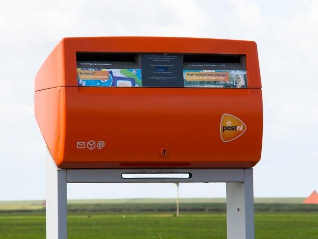 Vooraanzicht PostNL rode brievenbus