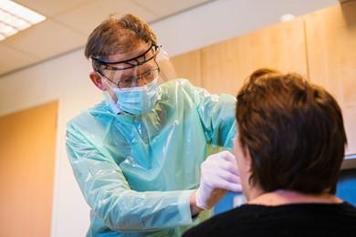 Huisarts Hans Ramaker test een patiënt