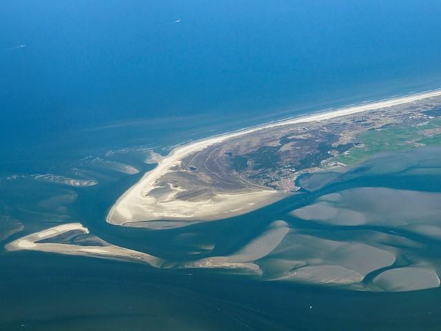 Land in water gefotografeerd vanuit de lucht