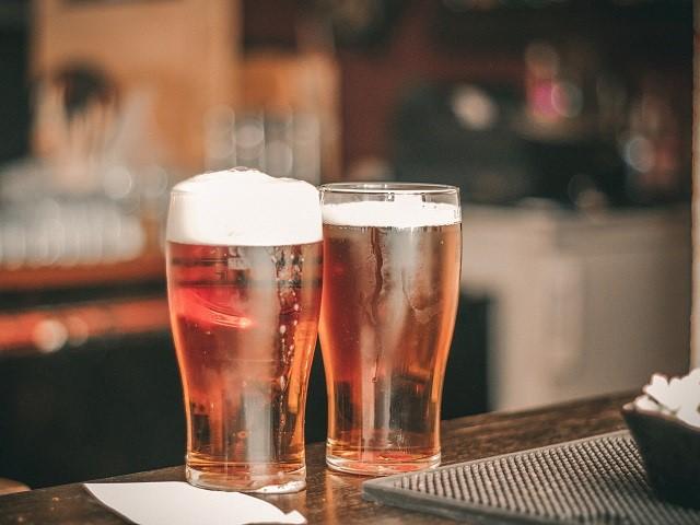 Twee vaasje bier op een bar
