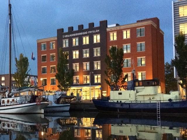 Vooraanzicht gebouw Veiligheidsregio Fryslân bij avond