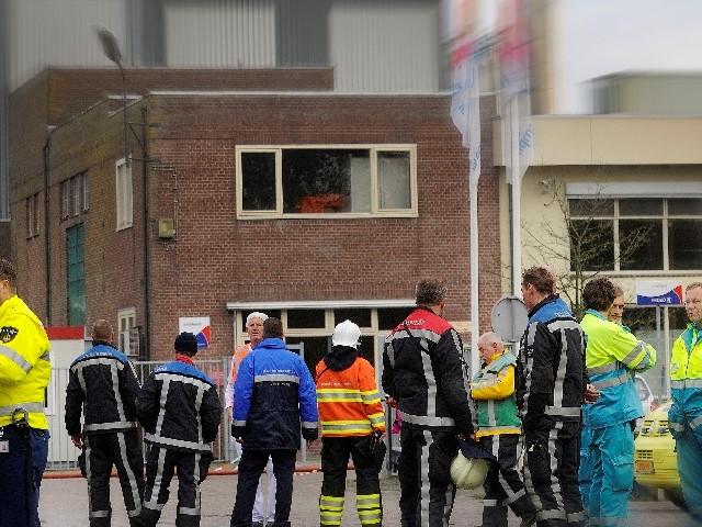 Verschillende hulpverlenersgroepjes bij gebouw: 1. politie 2. Brandweer 3. Ambulance
