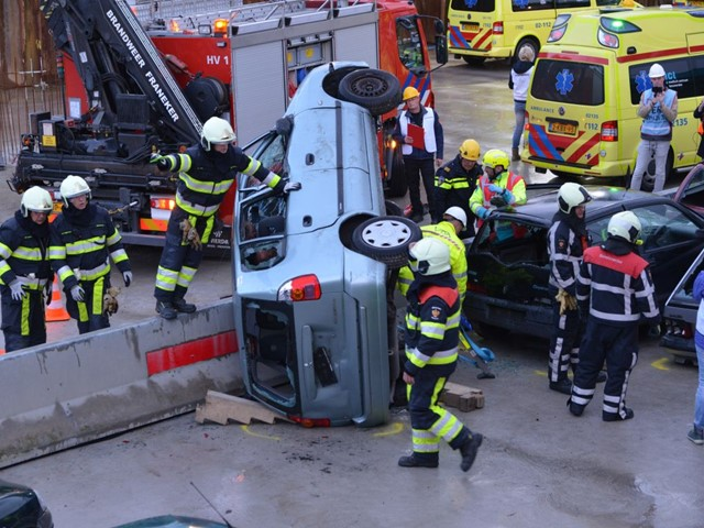 Oefening N31 brandweer probeert slachtoffer uit auto te bevrijden