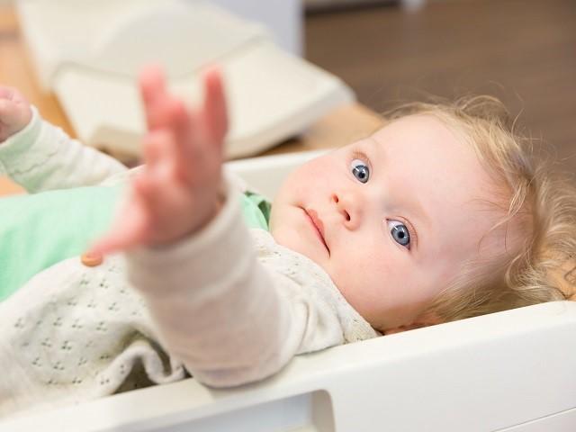 Close up van kindje dat zijn of haar hand uitreikt