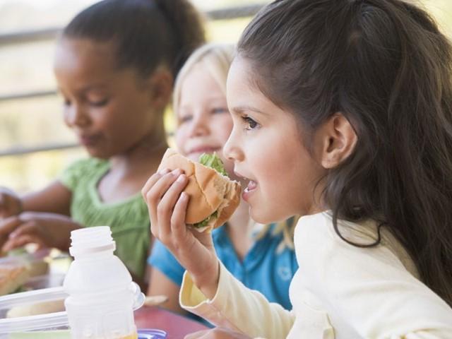 Kinderen samen aan het lunchen