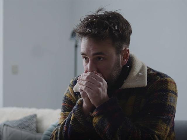 Jongen in huis die het koud heeft en sneeuwvlokjes in zijn haar heeft